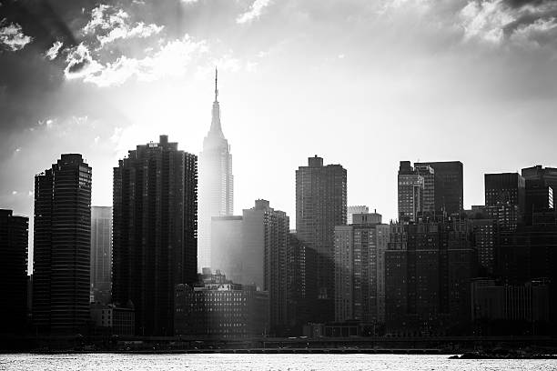 skyline von new york city - monochrom stock-fotos und bilder