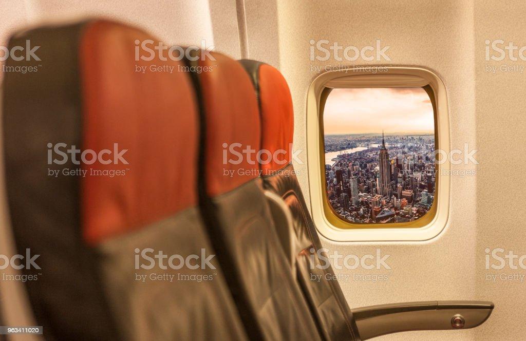 New York City skyline through the airplane's window - Zbiór zdjęć royalty-free (Centrum Manhattanu)