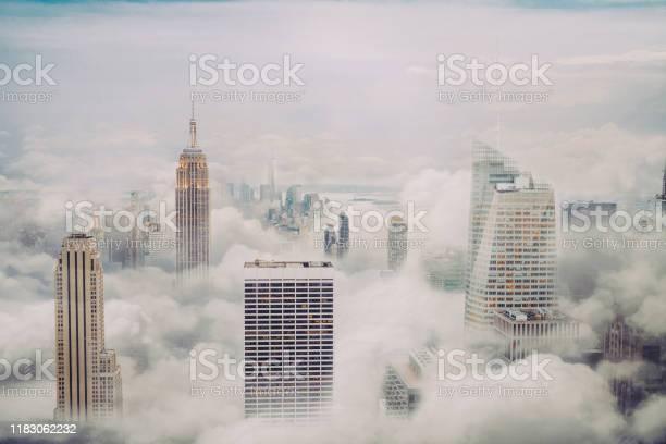 New York City Skyline With Clouds - Fotografias de stock e mais imagens de Alto - Descrição Física