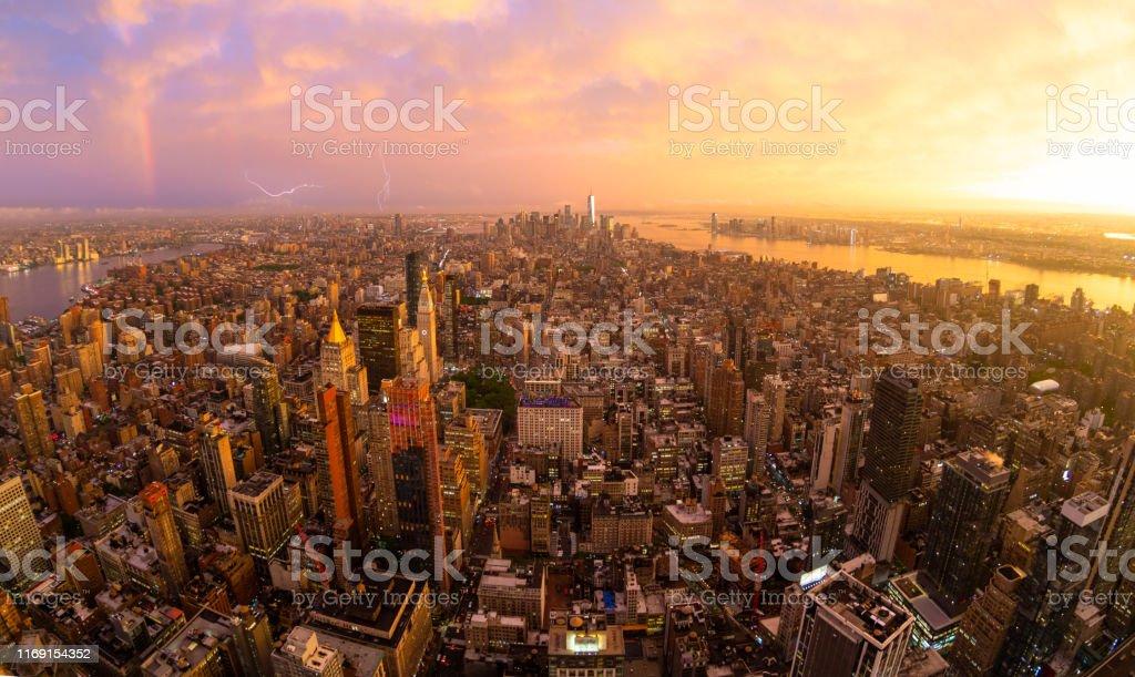 New York City Skyline mit Manhattan Wolkenkratzerbei dramatischem stürmischen Sonnenuntergang, USA. - Lizenzfrei Abenddämmerung Stock-Foto