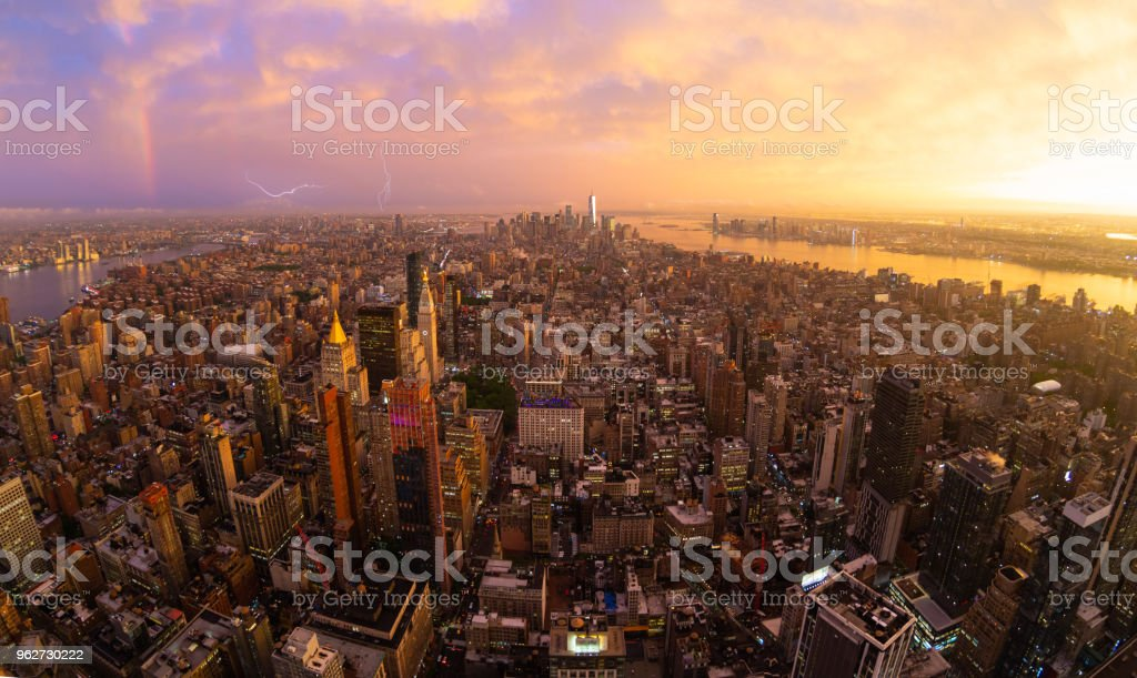 New Yorker Skyline mit Wolkenkratzern von Manhattan bei dramatischen stürmischer Sonnenuntergang, USA. – Foto