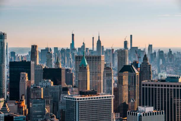 New York City Skyline mit dem Trump Tower in Lower Manhattan, von einem Hubschrauber über Dächern bei Sonnenaufgang – Foto