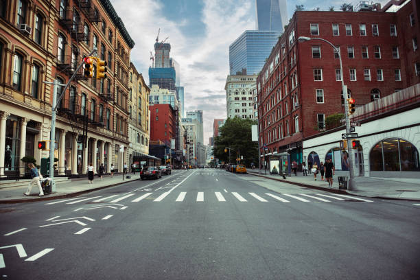 new york city street road in manhattan at summer time - via principale foto e immagini stock