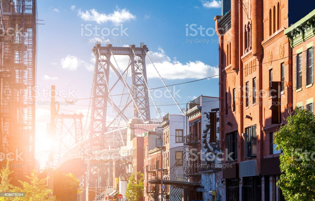 New York City sunlight shining on the Williamsburg Bridge in Brooklyn NYC - foto stock