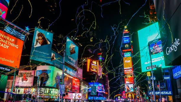 new york city, usa, 31. dezember 2014, climax der großen silvesterparty auf der mal square street um mitternacht, als konfetti von den dächern über der menge erschossen wurde - new york new year stock-fotos und bilder