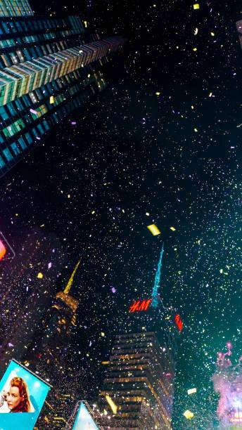 new york city, usa, 31. dezember 2014, dunkler mitternachtshimmel voller konfetti auf dem times square party destination auf der silvesterfeier mit unzähligen menschen - new york new year stock-fotos und bilder