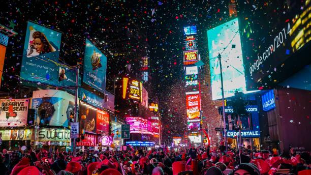 new york city, usa, 1. januar 2015, feier des neuen jahres an der berühmten quadratmeterstelle nach mitternacht mit unzähligen glücklichen menschen, die die party genießen - new york new year stock-fotos und bilder