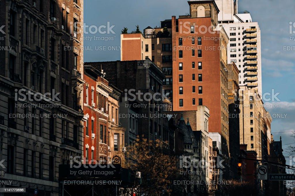 New York City-EUA-mar 18 2019: por do sol em edifícios históricos no lado ocidental superior da Avenida de Amsterdan - foto de acervo