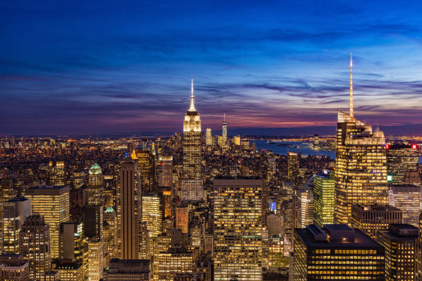 new york city with skyscrapers at sunset - ee.uu fotografías e imágenes de stock