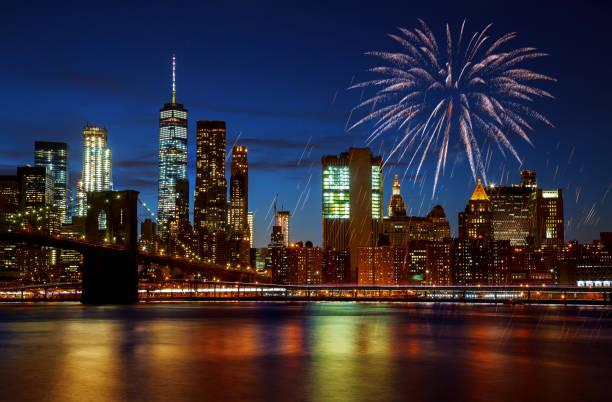 new york citybrooklyn bridge und manhattan skyline beleuchtet erstaunliche feuerwerk am unabhängigkeitstag - new york new year stock-fotos und bilder