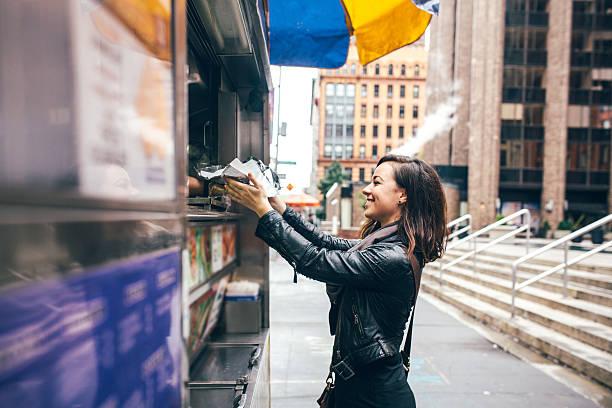 new york speisen einkaufswagen der kunden - streetfood stock-fotos und bilder