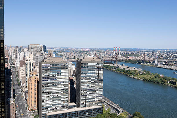 new york-manhattan east river, con letti queen size - roosevelt island foto e immagini stock