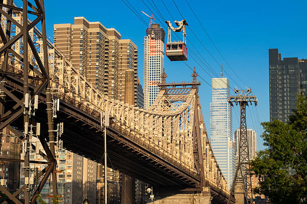 new york - queensboro bridge cable car - roosevelt island foto e immagini stock