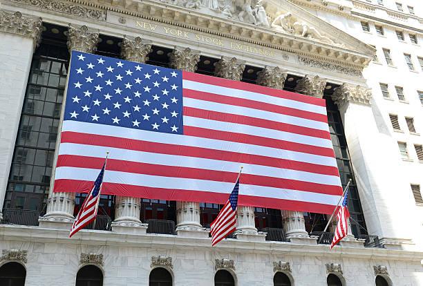 bolsa de valores de nova iorque com bandeira eua, manhattan - nyse crash imagens e fotografias de stock