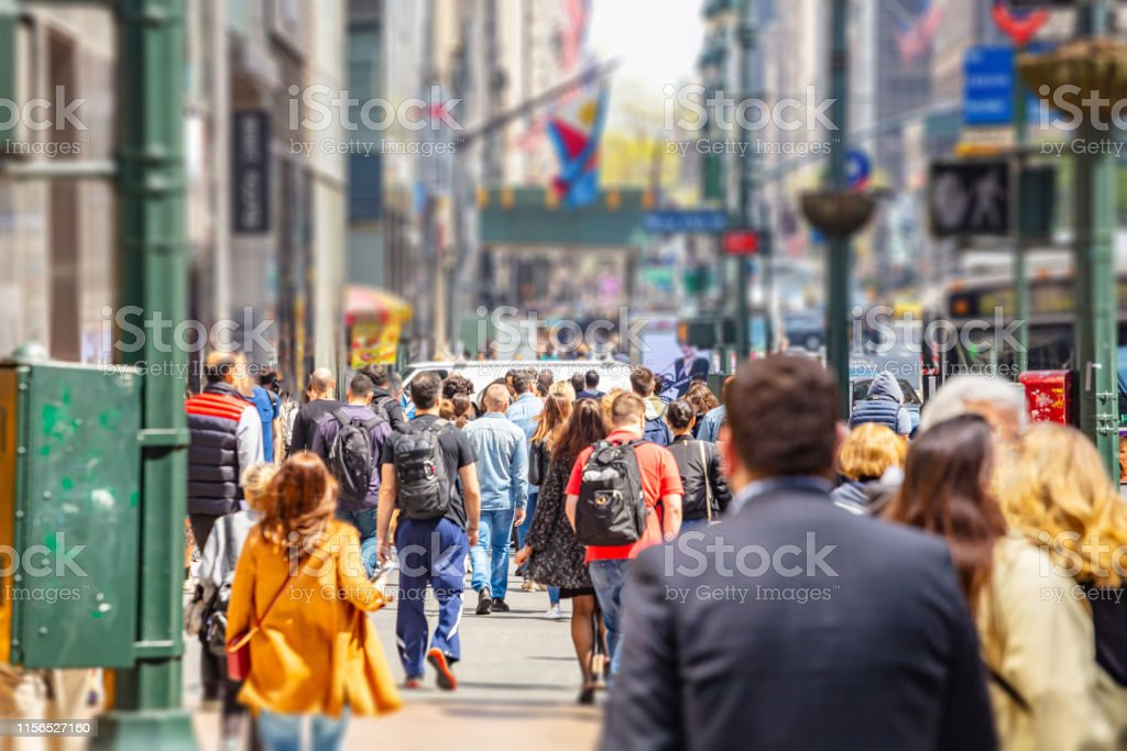 New York, les rues. Bâtiments élevés et marche de foule - Photo de Affaires libre de droits