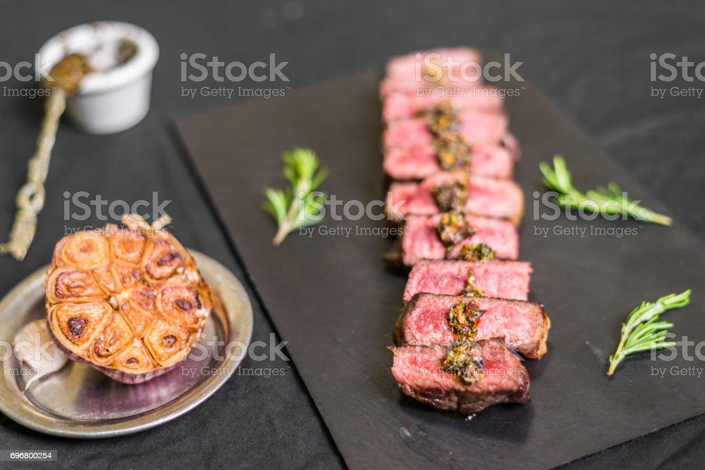 Carne de filete porterhouse de tira de nueva york contra el fondo negro - foto de stock