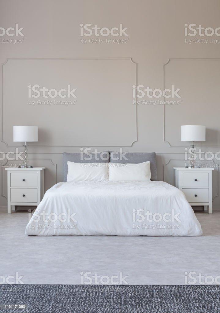 New York Stil Schlafzimmer Interieur Mit Symmetrischem ...