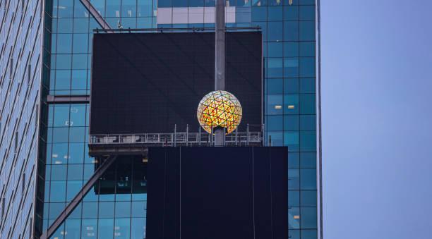 new york, times square.  kristallkugel und schwarze leere plakatwände - new york new year stock-fotos und bilder