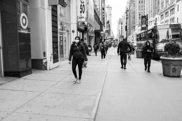 ニューヨーカーはコロナウイルスを扱う - corona newyork ストックフォトと画像
