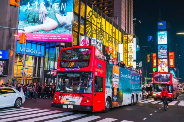 new york, usa, 03.09.17: berühmt, time squre nachts mit massen und dem verkehr. - sightseeing in new york stock-fotos und bilder