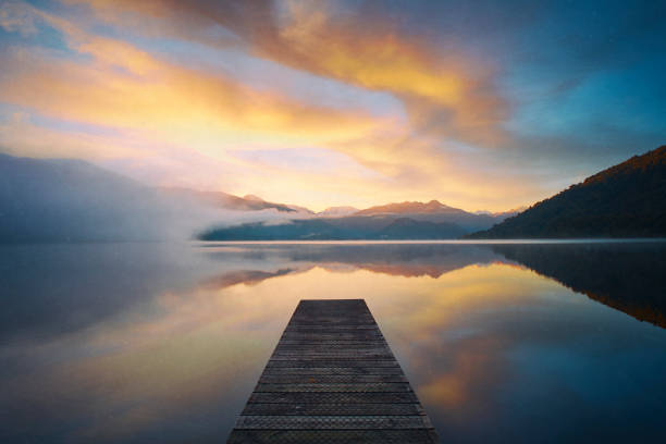 new zealand's lake kaniere at dawn - lac mirror lake photos et images de collection