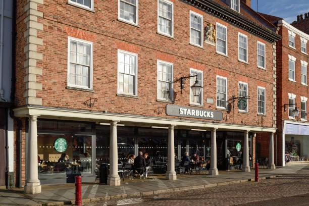 Newark-On-Trent, Starbucks Coffee Shop auf dem alten Marktplatz. – Foto