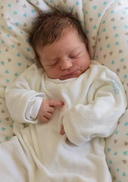 neugeborenes baby 1 - neugeborene krankenhaus outfits stock-fotos und bilder