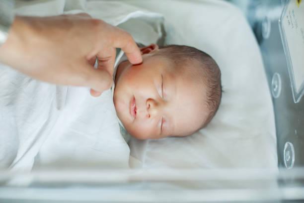 Schlafen Neugeborene Babyjunge bassinet krankenhaus – Foto