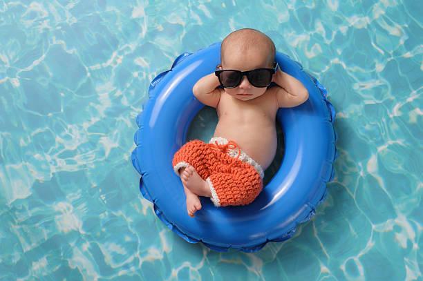 neugeborenes baby junge schweben auf einem schlauchboot schwimmen ring - traum pools stock-fotos und bilder