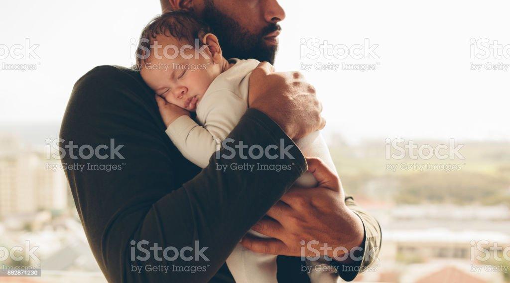 Neugeborenes Babyjungen in des Vaters Armen – Foto