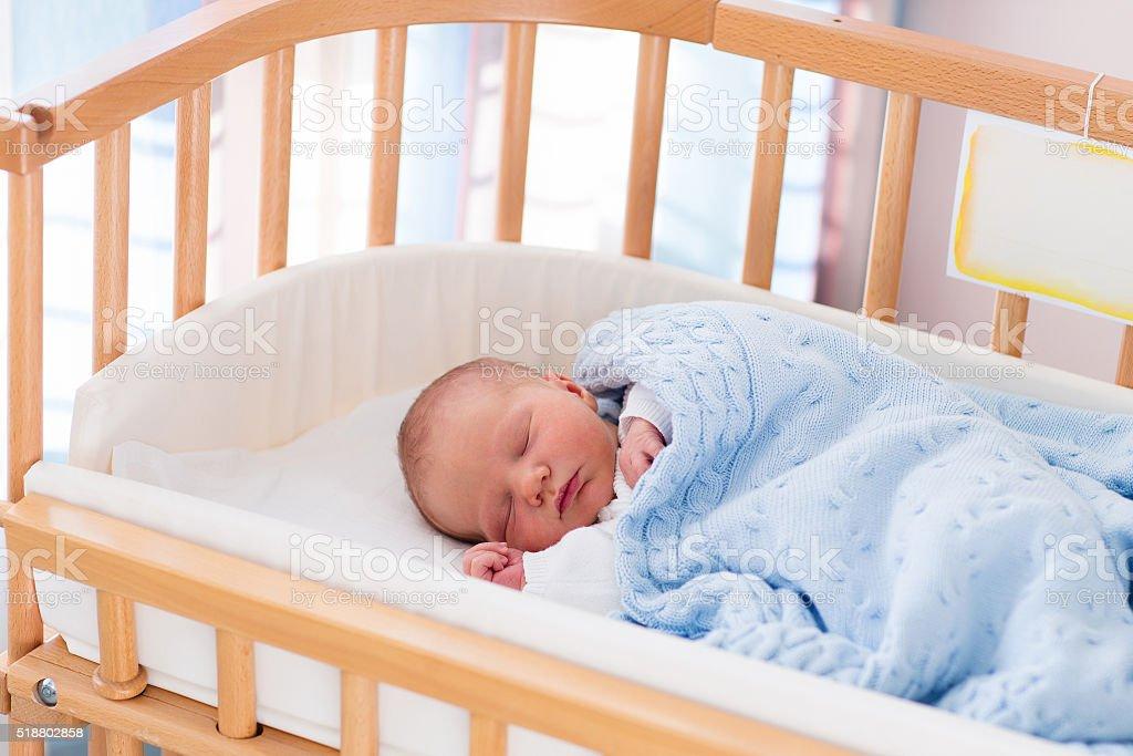 Menino bebê recém-nascido no hospital berço - foto de acervo