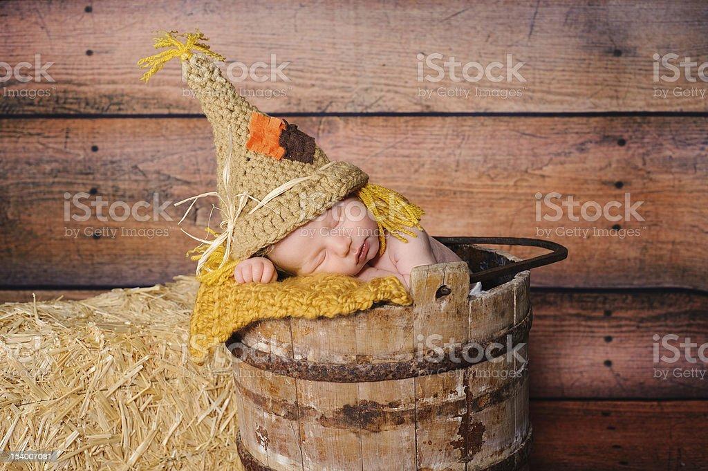ef9b69b35 Noworodka Chłopiec w Kostium Strach na wróble zbiór zdjęć royalty-free