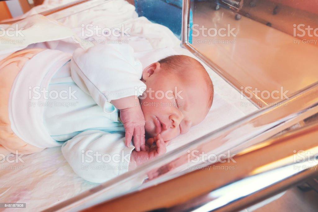 Recién nacido bebé los primeros días de vida en sala de partos. - foto de stock