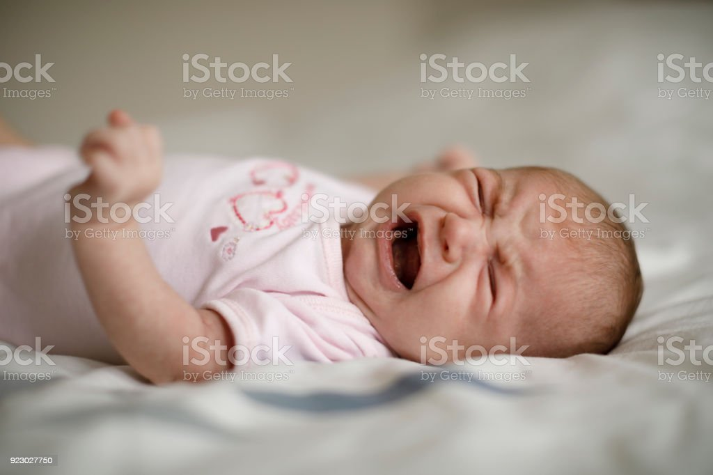 Newborn baby girl Llanto - foto de stock