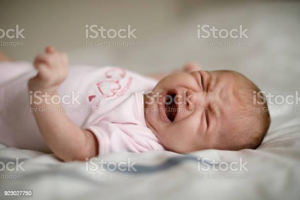 Neugeborenes Baby Mädchen Weint Stockfoto und mehr Bilder von 0-1 Monat