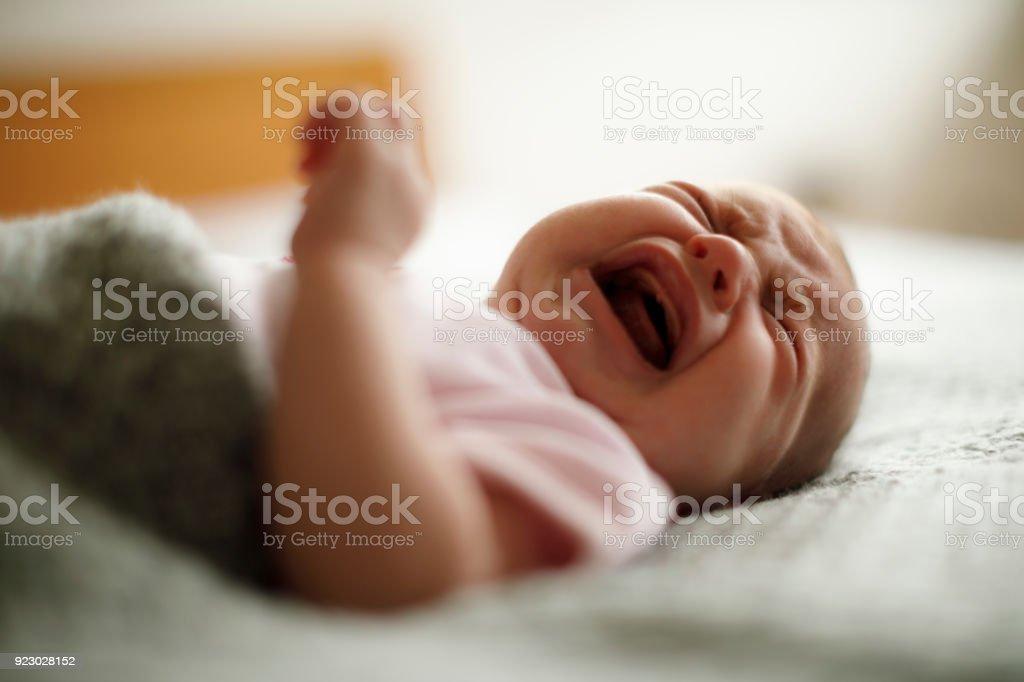 Neugeborenes baby Mädchen weint – Foto
