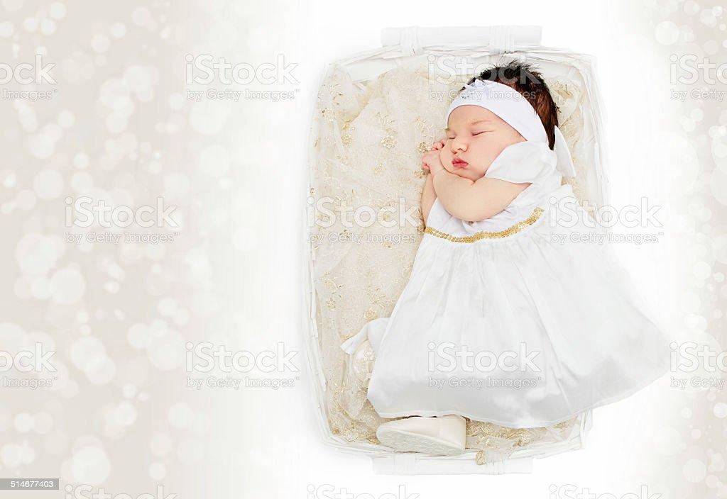 Photo Libre De Droit De Nouveaune Bebe Fille En Robe Blanche Dans Panier Banque D Images Et Plus D Images Libres De Droit De Beaute Istock