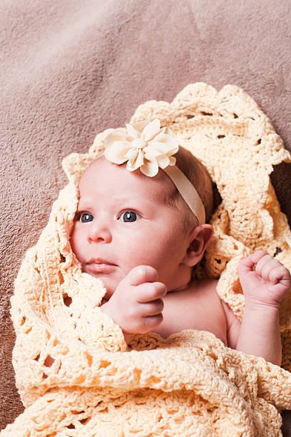 neugeborene babys – mädchen - jungendecken häkeln stock-fotos und bilder