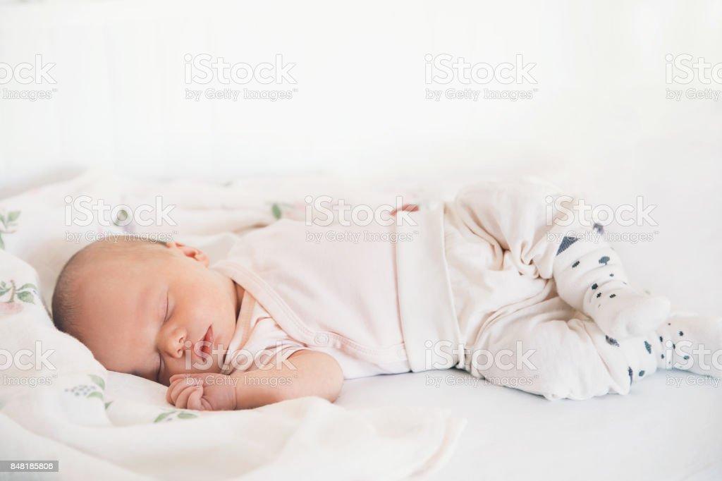 Niña bebé recién nacido dormir los primeros días de vida. foto de stock libre de derechos