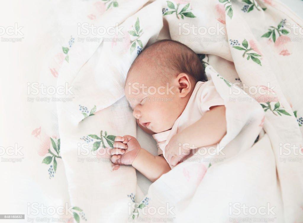 Niña bebé recién nacido dormir los primeros días de vida. - foto de stock