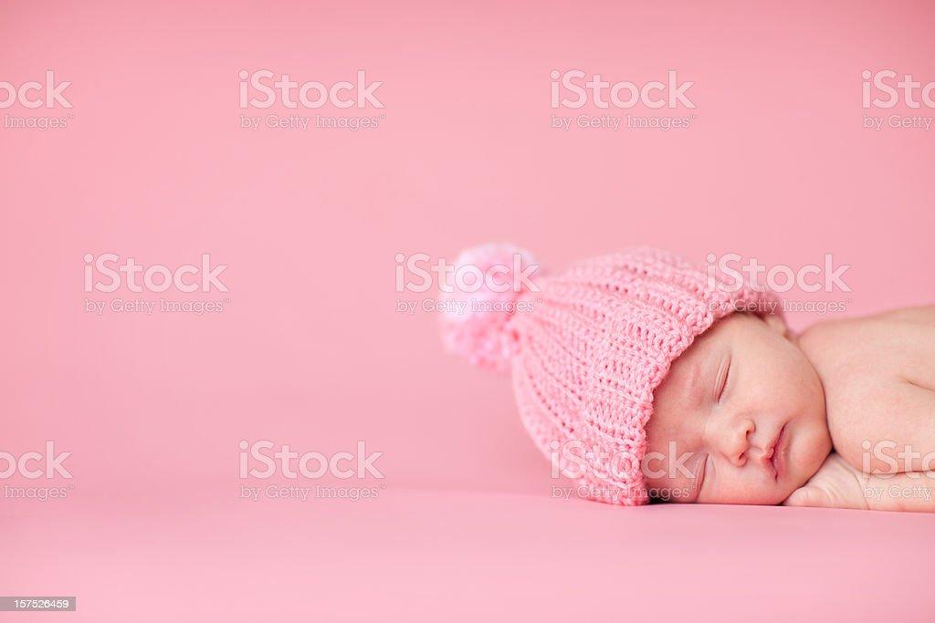 Nouveau-né bébé fille dormir paisiblement sur fond rose - Photo