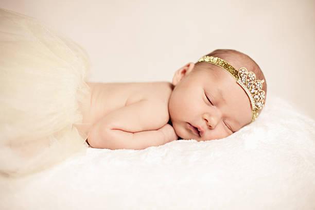 neugeborenes baby mädchen schlafen  - prinzessinnen tutu stock-fotos und bilder