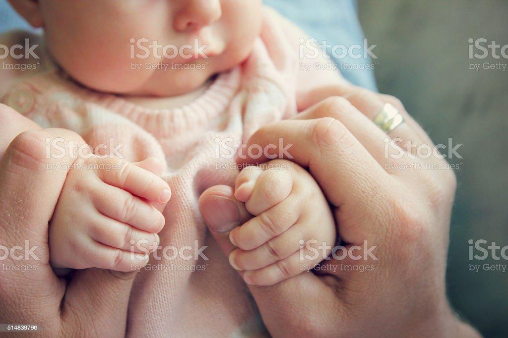 新生児ガールズ手を指の父親 ロイヤリティフリーストックフォト
