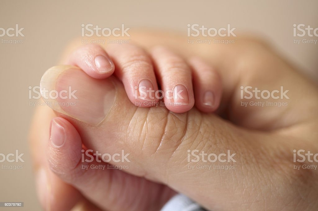 Neugeborenes baby grasps seine Mutter hand Lizenzfreies stock-foto