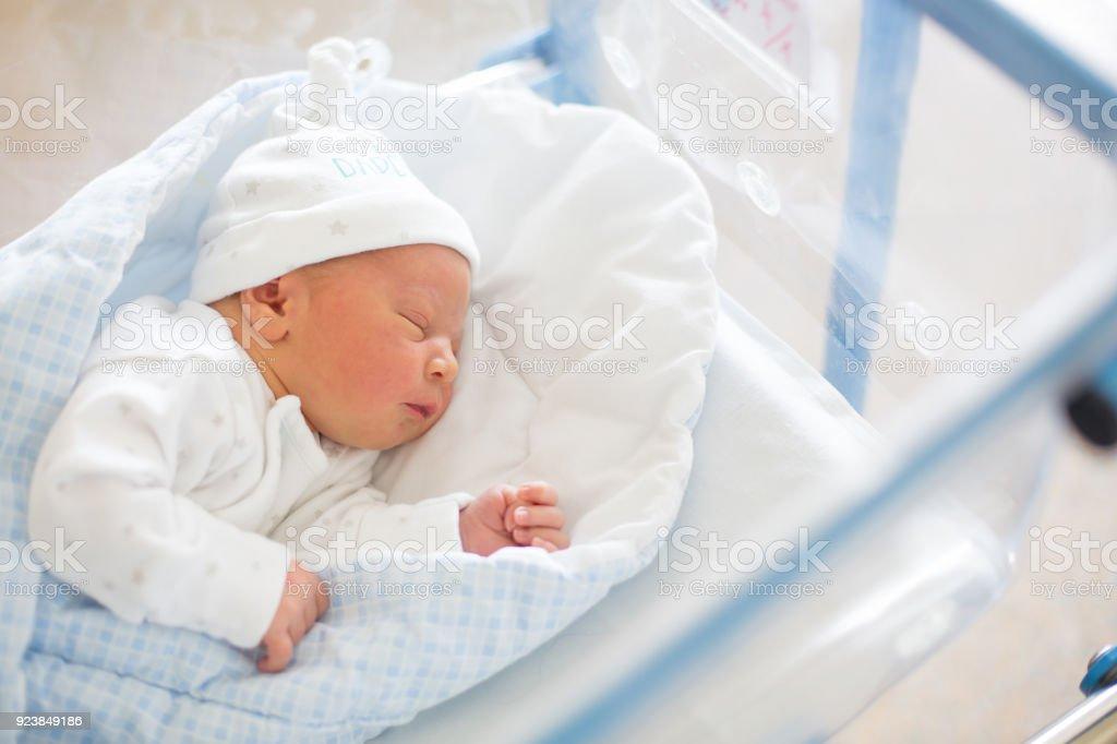 nueva selección producto caliente más baratas Bebé Recién Nacido En Cuna De Prenatal Hospital Foto de ...