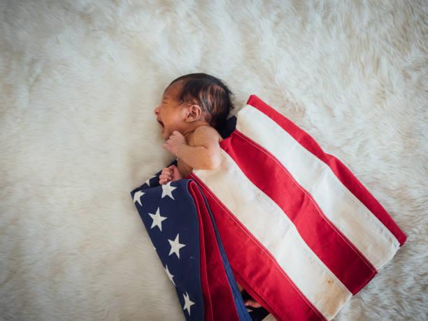 newborn baby on america usa flag for 4 th july usa nation day - fourth of july zdjęcia i obrazy z banku zdjęć