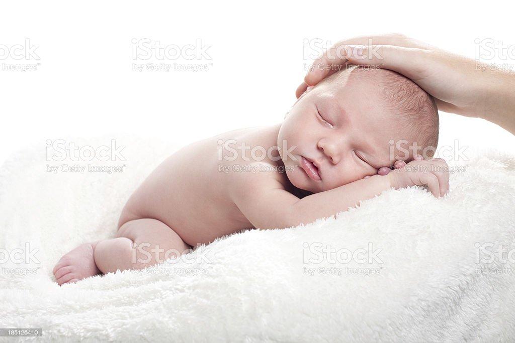 Neugeborenes Baby auf weiße Flauschige Decke – Foto