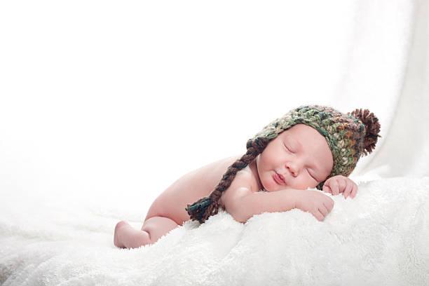 neugeborenes baby trägt hut - jungendecken häkeln stock-fotos und bilder