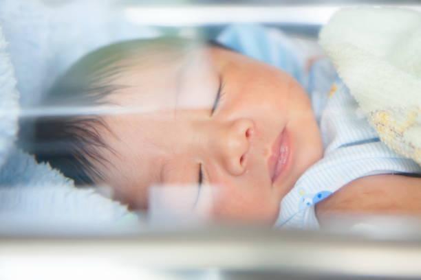 Neugeborenes Baby mit doppelten Exploser Glas – Foto