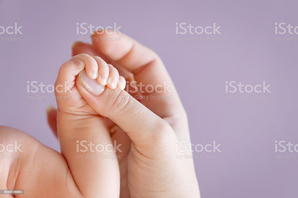 Neugeborenen Kinder Hand in hand der Mutter. Mutter und ihr Kind. – Foto